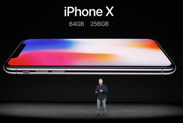 iPhone X將嚴重滯銷!唐從聖神解「4類人不買」,網友笑翻:「宋芸樺跟夏雨喬可以互開手機」