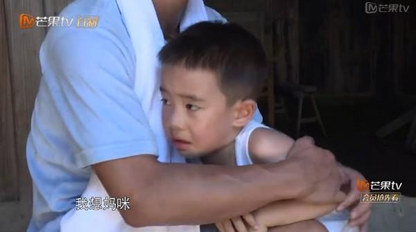 沒應采兒不行!《爸爸去哪兒》陳小春和4歲愛子雙落淚,「爸爸在這呢!」(影片)