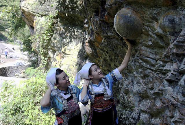 每30年就會產下「恐龍蛋」的石壁!中國「產蛋崖」成為觀光景點,不說還以為來到侏儸紀公園…