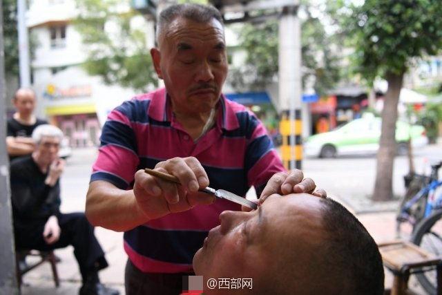 62歲老師傅用古傳「刀鋒洗眼」術,用超利刀片刮眼!師傅:「30歲後的眼睛很髒!」
