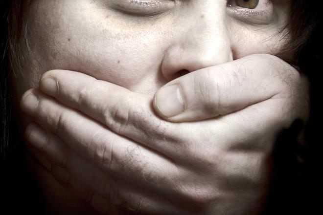 15歲少女8個月內被村裡「40名男子揪團性侵」,全村衝去警局幫群狼辯解:「兒子都是無辜的!」
