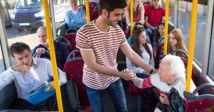 英國醫學期刊報導:如果你真心為老人家著想就「不要讓位給他們坐」!