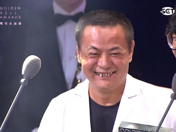 蔡振南頒獎聽到盧廣仲說「得獎名單」,在台上呆掉5秒...確認名單後「笑了」