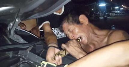 蟒蛇紧绕车子引擎不出来,53岁男子用「柬埔寨古传口技」令牠马上松开 (影片)