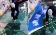 以為很安全玻璃棧道,走幾步碎裂導遊嚇到跪倒在地!(影片)
