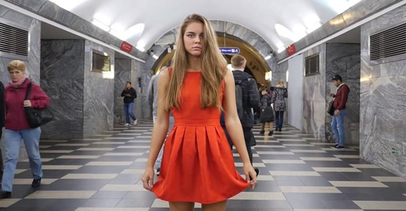 你看啊!大學正妹受夠在車站被「偷窺偷拍」,走到車站中間「拉起裙子」捍衛女權! (影片)