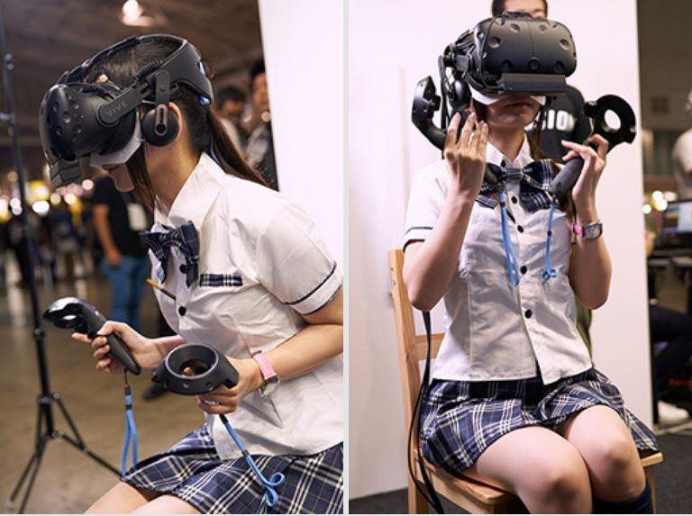 日本正妹女高中生專注玩VR吸引大票宅宅圍觀,「脫下眼鏡」網跪求心理陰影面積!