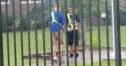 兩名男孩下課後雨傘都不開就「衝進雨中」,老師尾隨「見證最感人真相」!(影片)
