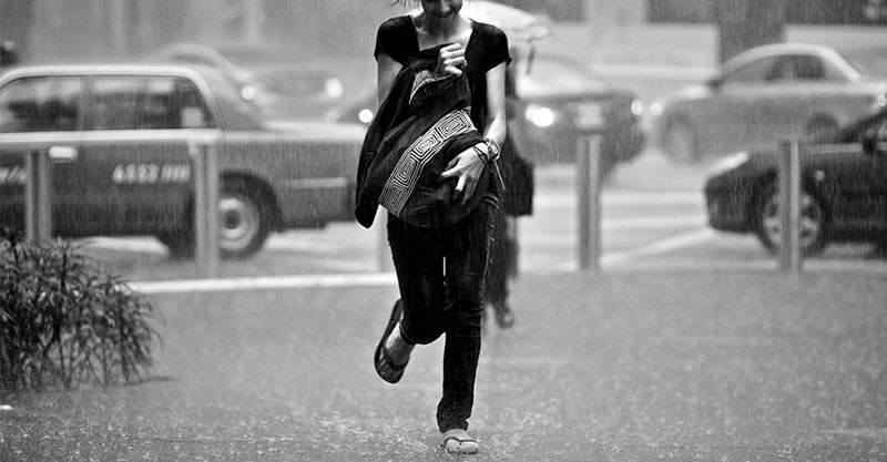 牛仔褲被淋濕照樣穿一整天,20多歲OL小妹妹流出「白白豆腐渣」!