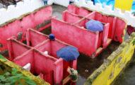 中國「100%露天廁所」下雨天要自己撐傘!5款特色廁所成「變態的新天堂」!媒體笑:可跟上坡的人收費