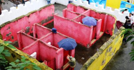 5款特色廁所成「怪怪的人最愛新天堂」 中國「100%露天廁所」下雨天要自己撐傘!