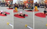 宛如「淡淡的哀傷」!街頭藝人甩鞭失誤女子「下面」慘被鞭刑!(影片)