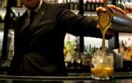 男客人在女生酒裡「偷下藥」,帥氣調酒師順手讓因果報應提早降臨!