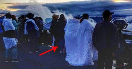 笑陸客沒水準?2台女登山看日出「偷帶飯店乾淨白棉被」弄髒還炫耀「不夠還有浴巾」!