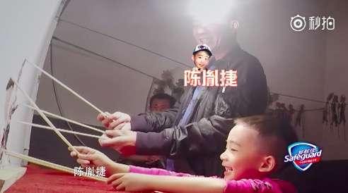 小小春「終於透露中文名字」跟爸爸演皮影戲,讓陳小春都Hold不住笑了!