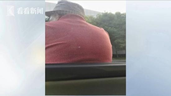 爺爺獨自散步「累到靠車門睡著」,超暖駕駛「用2分鐘」給全網路上了震撼一課!