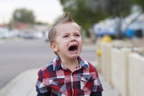 屁孩拿夾子戳燒烤店員「反被燙傷」男童媽失控潑婦罵街....