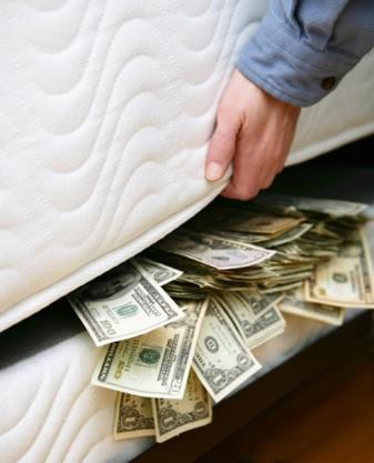 他不小心挖出老婆「床下一大包」厚厚沈沈心好糾結...網友笑:你還活著嗎?