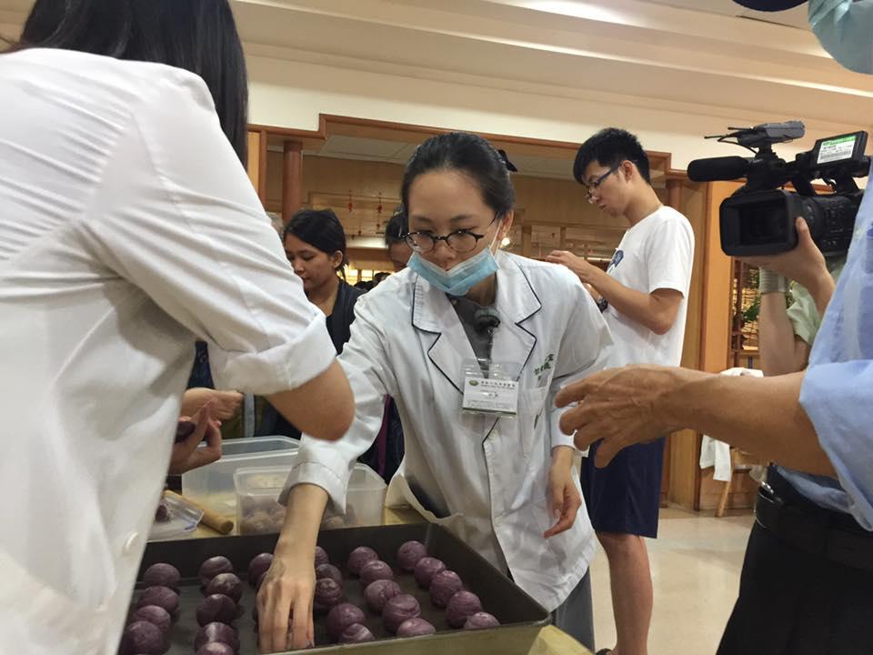 時日不多!癌末90歲阿公「沒有食慾+進食困難」,仍努力進食只為「捐贈大體」感動全醫院!