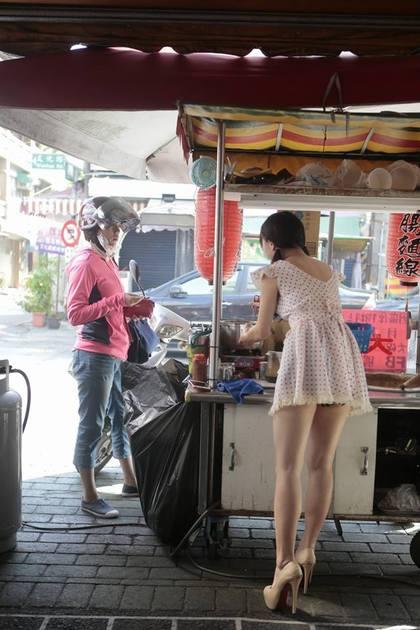 大腸麵線界的「林志玲」!性感底褲若隱若現...讓他「視味覺雙重享受」吃到收攤!