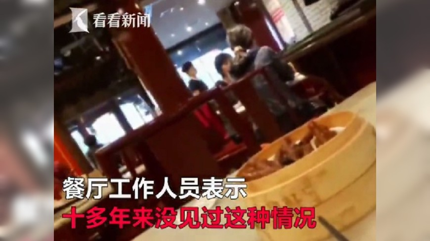 給中國遊客丟臉!強國大媽用餐廳碗「幫兒子接尿」,遭發現嗆:反正都要洗!