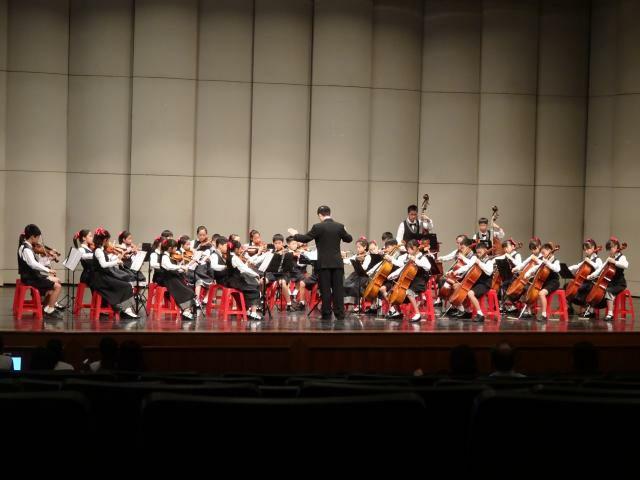 台中國家歌劇院大廳變「飯廳」,坐「塑膠紅椅」吃便當,網友:辦桌看野台戲?