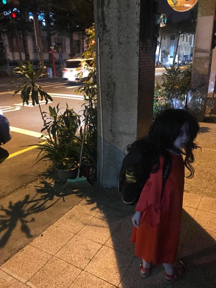 紅衣小女孩本尊「現蹤停車場」嚇歪民眾,照片左下角「衛生紙同學」卻讓人秒噴笑!