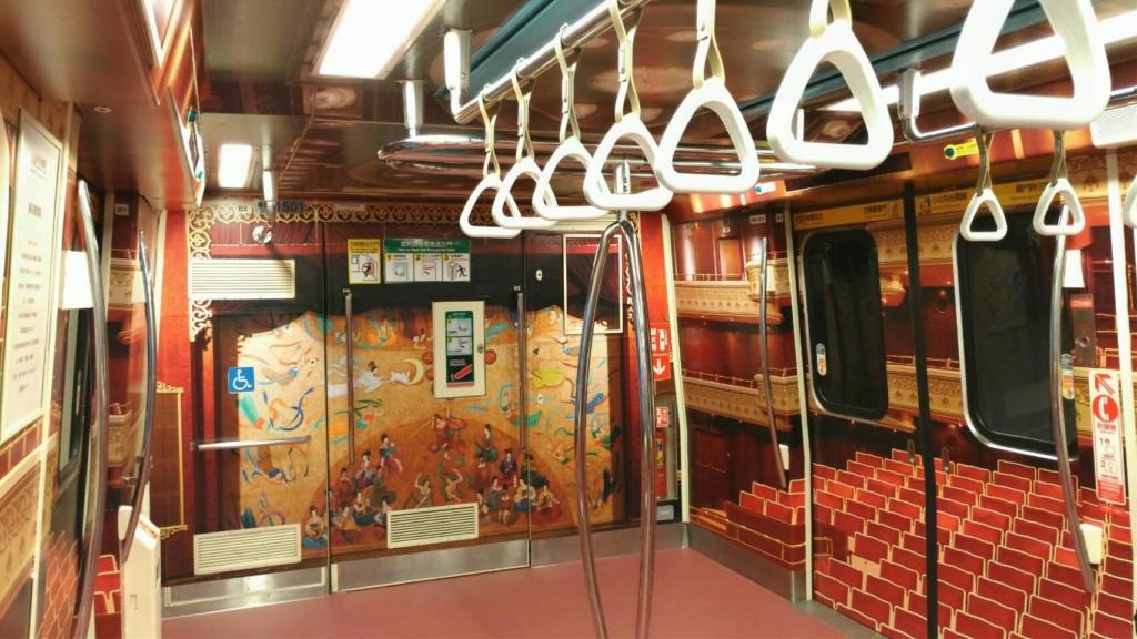 淡水捷運線變身「五星級」紅絨布座椅!紅色背景、昏黃燈光彷彿置身兩廳院!