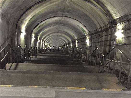 日本史上第一個「無活人車站」,462階階梯走到不了月台...站務員會「故意」提早停止售票!