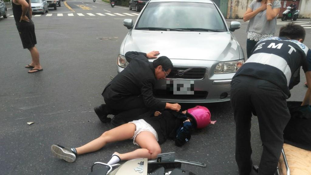24歲熱褲女車禍倒地,嘉義市長涂醒哲剛好經過「醫師魂上身」馬上下車救人!網:好市長!
