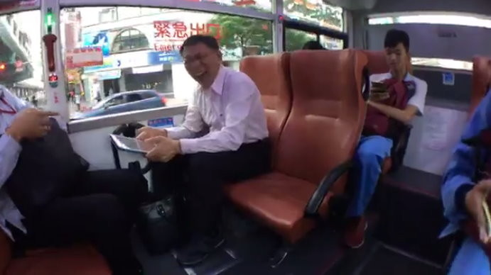 搭公車一轉頭是「他」秒清醒!柯P直播裝路人嚇壞學生,笑翻:不要害怕!(影片)