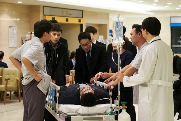 剛收到男友說晚安...卻在夜班收到「昏迷男友和小三」重傷急救,她的「冷靜專業」讓網友好心疼!