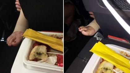 他吃飛機餐吃一半,椅縫伸出「棕色指甲油女腳掌」直逼餐盒...網友笑:這是加菜快點咬!