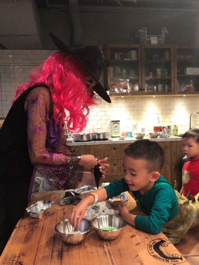 Jasper萬聖節沒扮最愛巴斯光年,竟扮「上次被嚇壞的角色」!DIY餅乾偷吃被發現「萌樣」超吸睛