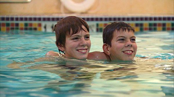 12歲男孩在泳池認識「和自己長超像的新朋友」,一見如故發現事有蹊翹!(影片)