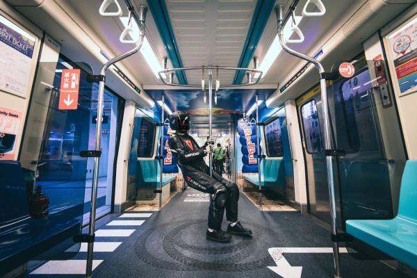又有打卡景點!板南線變身「賽車道」3D設計太逼真,乘客一直想撿地上的寶物!