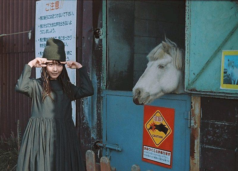 在牧場「做粗活」的純樸女孩被看上後,現在變身成讓人戀愛的日韓「女神級」明星!