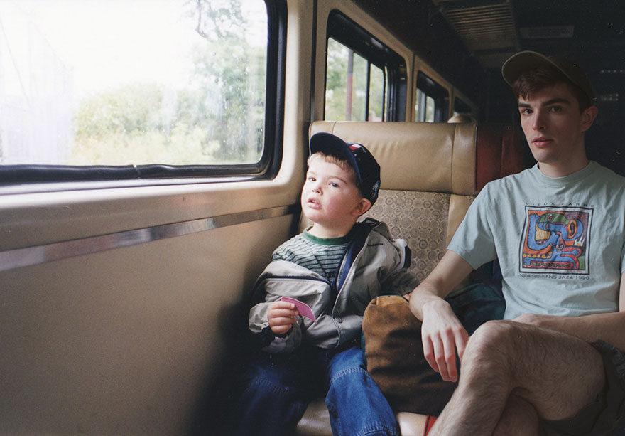 他看到家裡的舊照片決定「亂入美好記憶」,讓現在的自己回去陪過去的自己!  (11張)