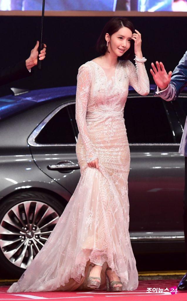 眼睛離不開屁屁!潤娥參加釜山電影節禮服前面看起來很端莊,一轉過身網路癱瘓都噴鼻血了