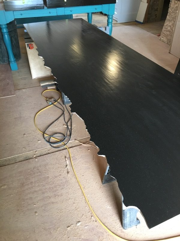 網友PO出老爸「雕刻超失敗DIY木板」,但等老爸一拿到牆邊時「狂到他秒閉嘴」!