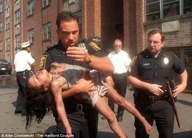 勇警18年前火場救出5歲女童,現在23歲的她變美人靠臉書「找回救命恩人」邀他參加畢業典禮!