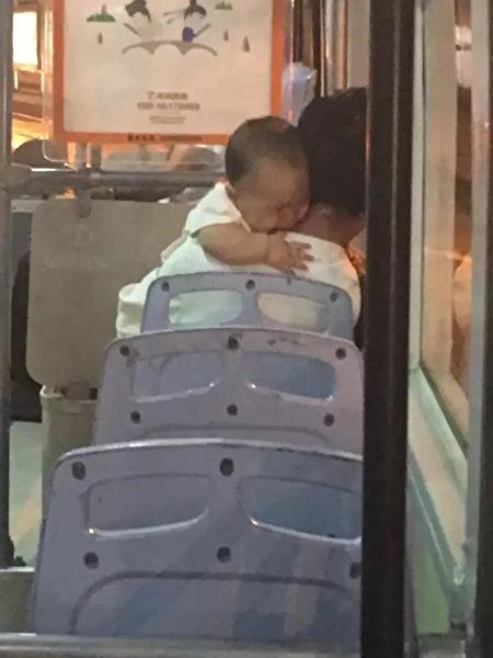 女柯南察覺公車上爸爸帶嬰兒方式非常詭異,「看到嬰兒服裝」她跟蹤識破可怕陰謀!