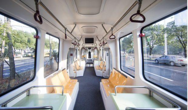 中國推出全球首創「無軌道列車」,行駛在虛擬軌跡上已經吊打落後的捷運!(影片)