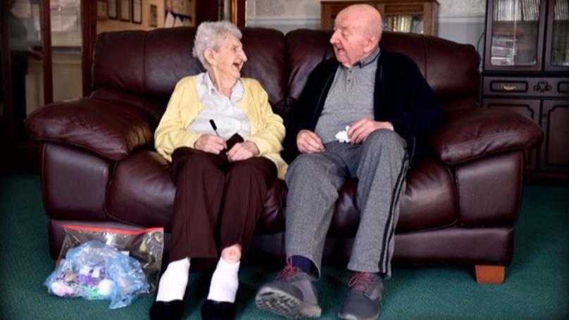 最老媽寶?「98歲媽媽」搬入老人院照顧80歲兒子,她:媽媽是永遠的全職工作