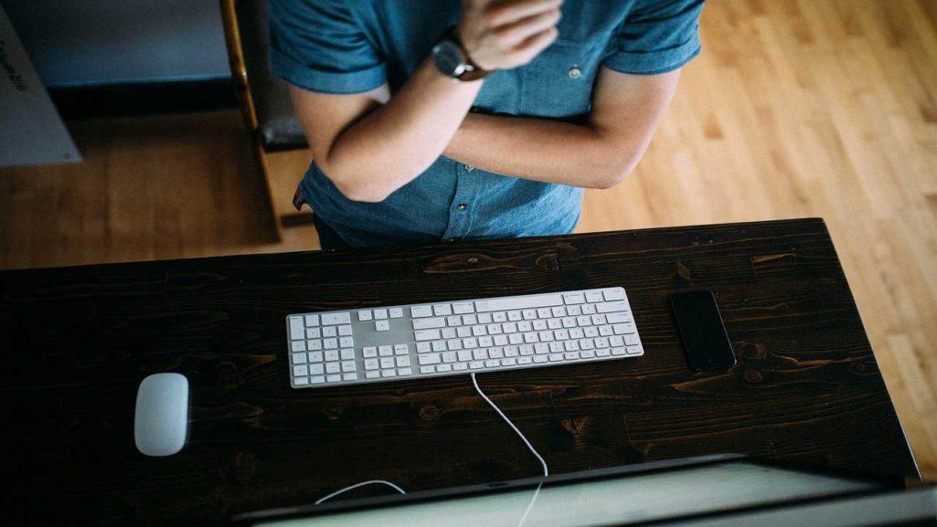 8成年輕人不會用電腦!科技業人資怨:「連握滑鼠都不會」年輕人已成廢物