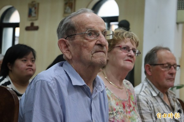 來台55年神父「不想造成台灣人困擾」將回荷蘭,「我是永遠的台灣人,作夢也說台語」百位子女不捨道別