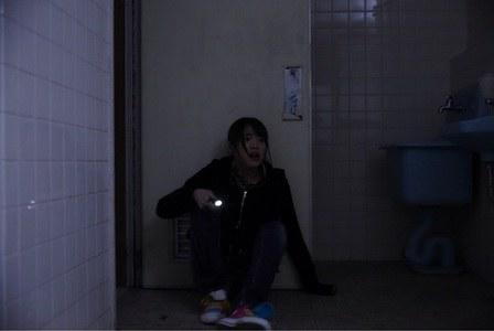 公廁上演「四腳獸」提槍上陣突然聽到「鎖門聲」!往隔壁門縫偷看...瞬間軟掉!背脊涼涼der...