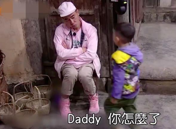 Jasper被問:爸爸變老怎辦?秒丟玩具衝陳小春懷裡「我不要,我要爸爸!」害山雞哥流下男兒淚 (影片)