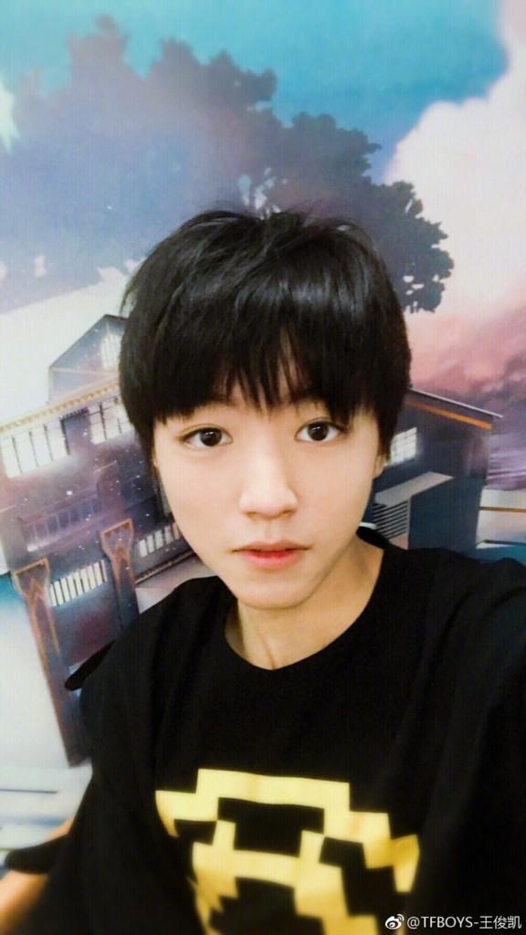 王俊凱頂素顏接受「央視照妖鏡」採訪,15秒畫面「天然精緻外貌更帥」引粉絲爆動!