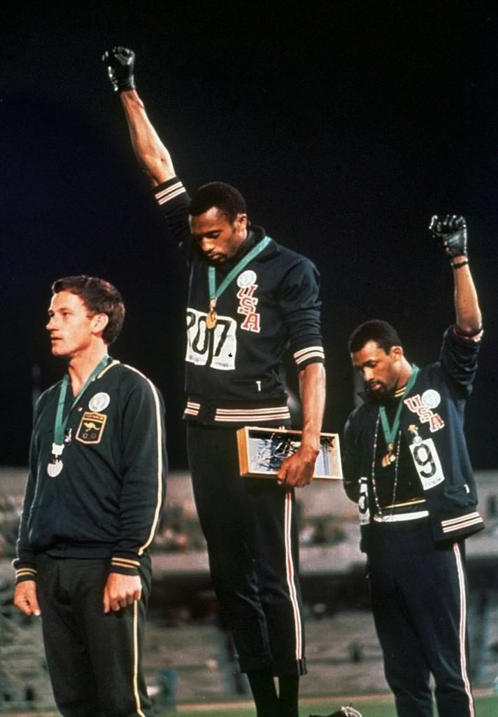 兩名黑人49年前「奧運上舉手抗議」震撼全球,但其實左邊「沒有舉手的白人」才是最讓人淚崩的無名英雄!
